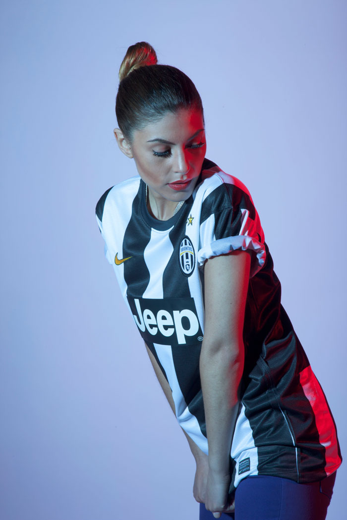 Juve girl look at the jersey from the side