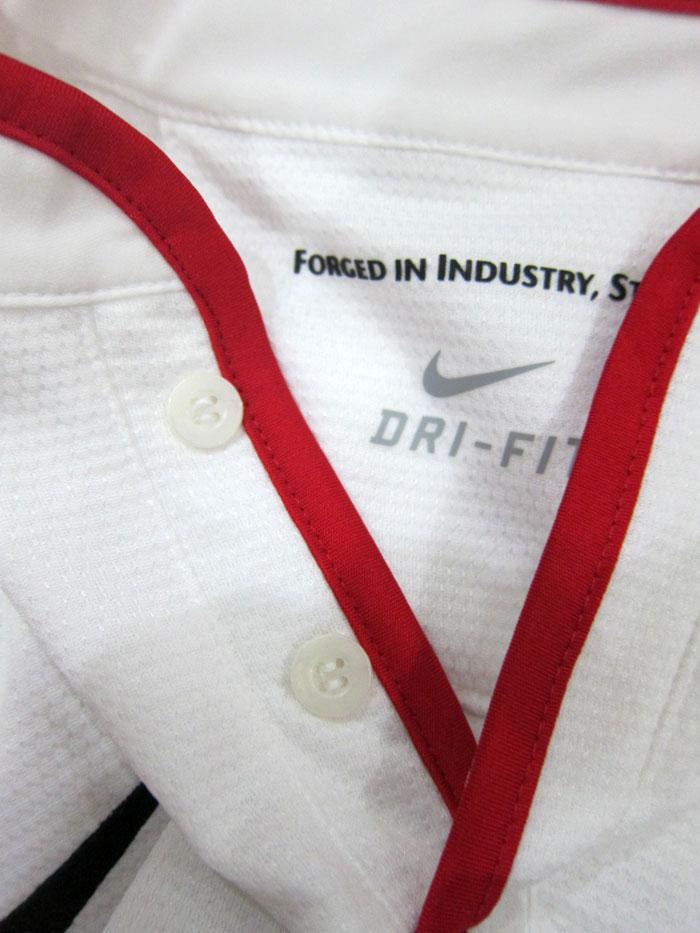Man Utd away jersey collar button