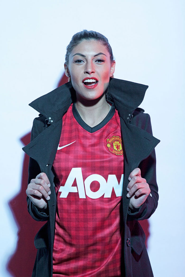 Manchester United home jersey model photo