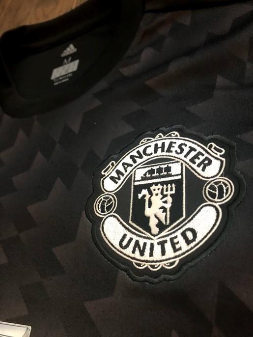 Man Utd away jersey - crest